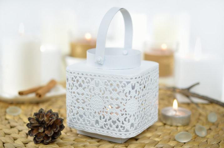 Biały, metalowy, ażurowy lampion