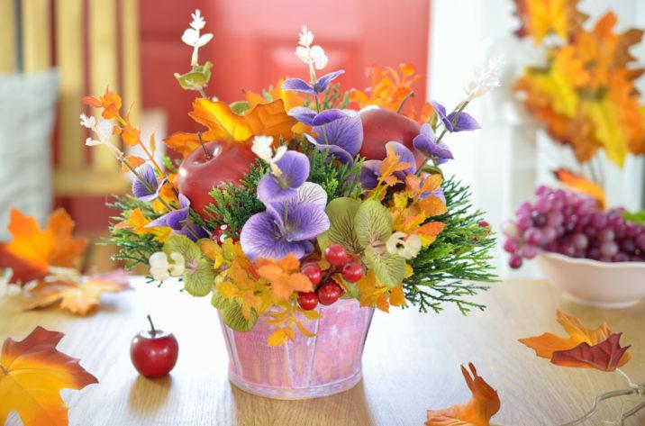 Jesienna dekoracja - kwiaty w koszyku